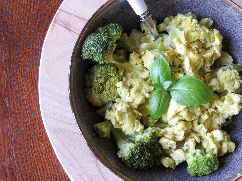 avocado-scrambled-eggs-with-lemon-broccoli-2